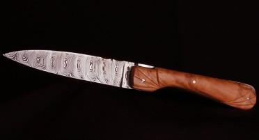 Couteau Corse Sperone Olivier sculpé plein manche - Lame Damas