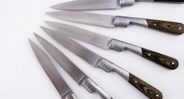 6 couteaux de table avec manche en résine couleur brun