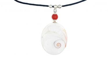 Collier avec Œil de Ste Lucie, perle de Corail sur cordon noir