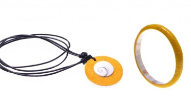 Parure de bijoux en Galuchat jaune : Collier et bracelet