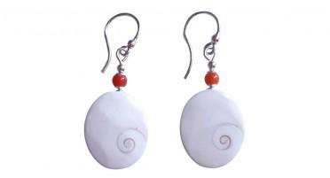 Boucles d'oreilles pendantes œil de Sainte Lucie et perle en Corail - fermoir à crochet